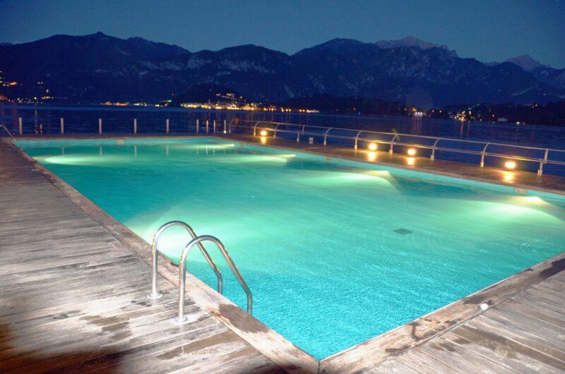 Iluminar una piscina según el ambiente